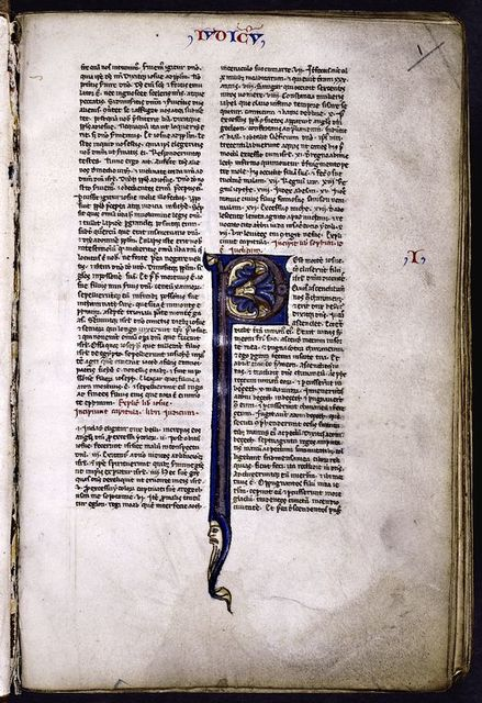 Opening of text (begins mid-sentence).  Large initial with human face.  Rubrics.  Book name and chapter number in red and blue.