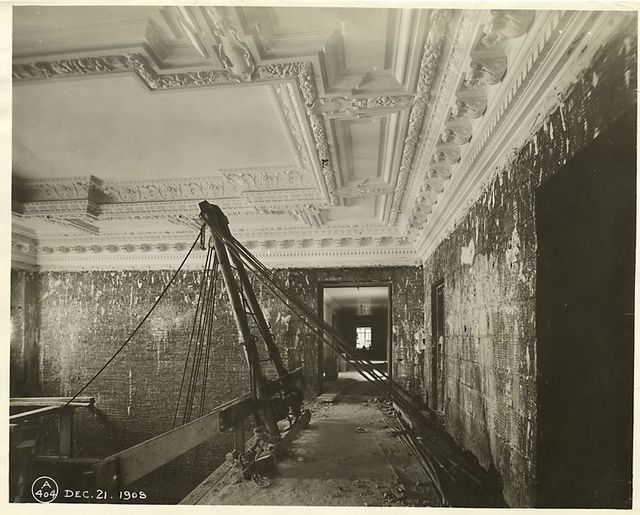 Interior work : plaster ceiling decoration.