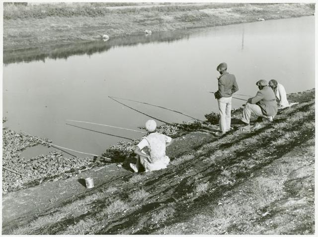 Migratory workers fishing to eat, Belle Glade, Florida, January 1939.