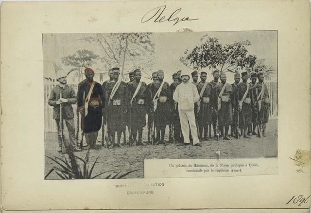 Un peloton de Haoussas, de la Force publique à Boma, commandé par le capitaine Avaert