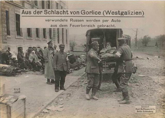 Aus der Schlacht von Gorlice (Westgalizien) verwundete Russen werden per Auto aus dem Feuerbereich gebracht.