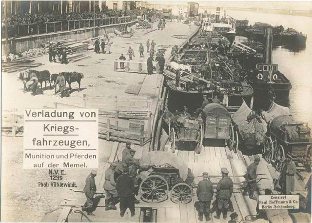 Verladung von Kriegsfahrzeugen, Munition und Pferden auf der Memel.