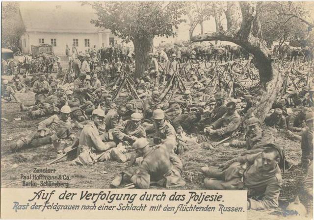 Auf der Verfolgung durch das Poljesie. Rast der Feldgrauen nach einer Schlacht mit den flüchtenden Russen.