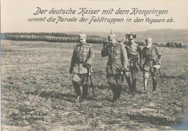 Der deutsche Kaiser mit dem Kronprinzen nimmt die Parade der Feldtruppen in den Vogesen ab.