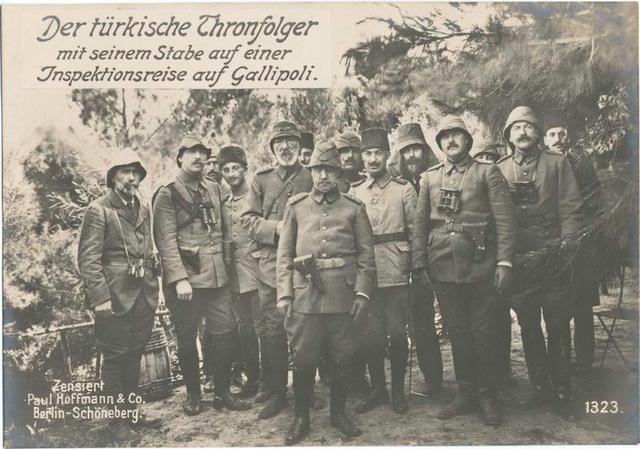 Der türkische Thronfolger mit seinem Stabe auf einer Inspektionsreise auf Gallipoli.