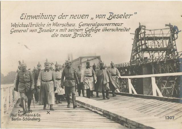 Einweihung der neuen von Beseler Weichselbrücke in Warschau. Generalgouverneur General von Beseler mit seinem Gefolge überschreitet die neue Brücke.