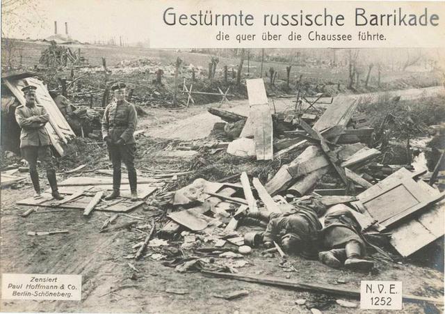 Gestürmte russische Barrikade die quer über die Chaussee führte.