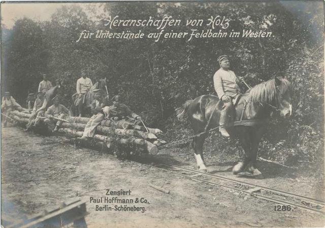 Heranschaffen von Holz für Unterstände auf einer Feldbahn im Westen.