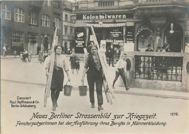 Neues Berliner Strassenbild zur Kriegszeit. Fensterputzerinnen bei der Ausführung ihres Berufes in Männerkleidung.