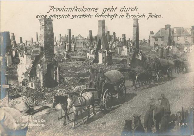 Proviantkolonne geht durch eine gänzlich zerstörte Ortschaft in Russisch-Polen.