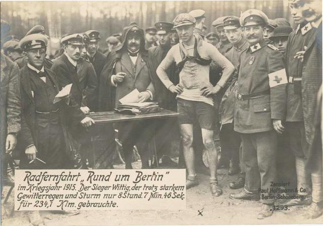 Radfernfahrt Rund um Berlin im Kriegsjahr 1915. Der Sieger Wittig, der trotz starkem Gewitterregen und Sturm nur 8 Stund. 7 Min. 46 Sek. für 234,1 Klm. gebrauchte.