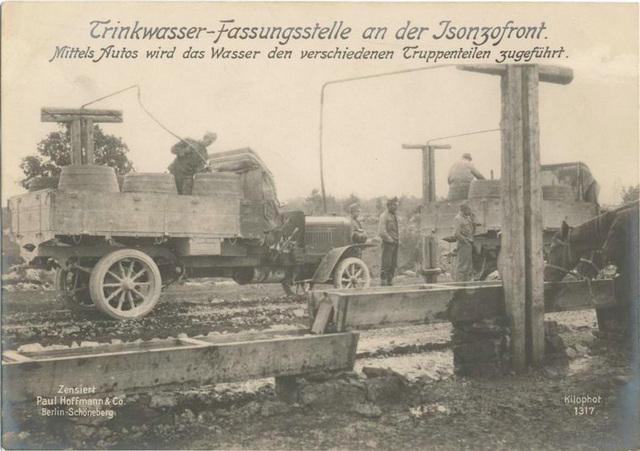 Trinkwasser-Fassungsstelle an der Isonzofront. Mittels Autos wird das Wasser den verschiedenen Truppenteilen zugeführt.