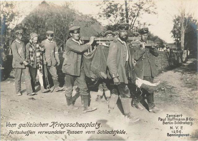 Vom galizischen Kriegsschauplatz. Fortschaffen verwundeter Russen vom Schlachtfelde.