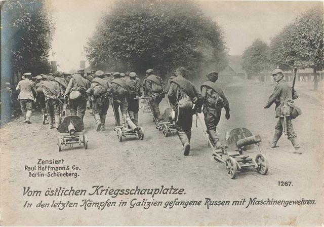 Vom östlichen Kriegsschauplatze. In den letzten Kämpfen in Galizien gefangene Russen mit Maschinengewehren.