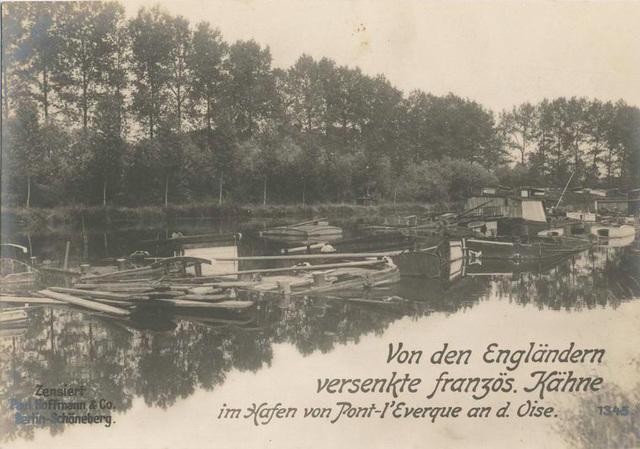 Von den Engländern versenkte französ. Kähne im hafen von Pont-l'Everque an d. Oise.