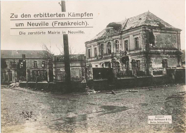 Zu den erbitterten Kämpfen um Neuville (Frankreich) : dei zerstörte Mairie in Neuville.